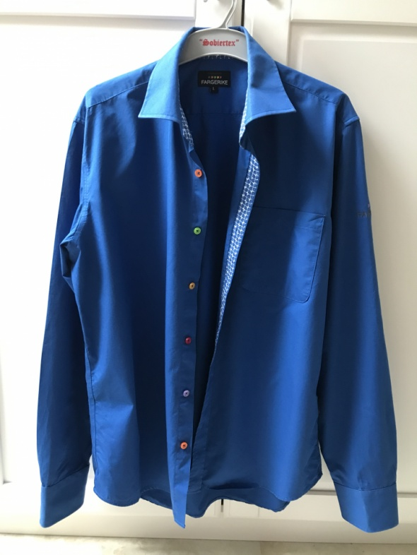 Nowa niebieska koszula z kolorowymi guzikami