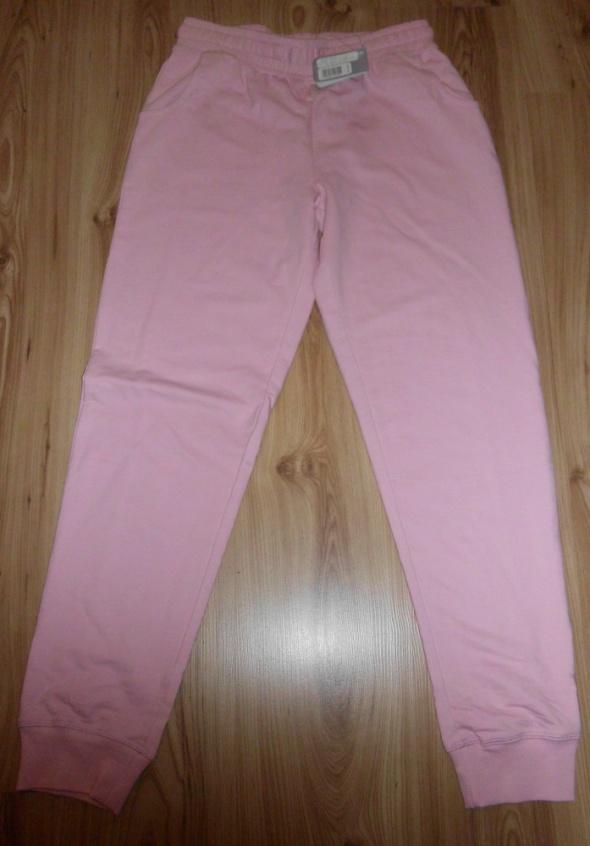 Nowe różowe spodnie dresowe