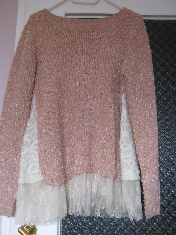 pudrowy sweterek ze wstawkami z koronki