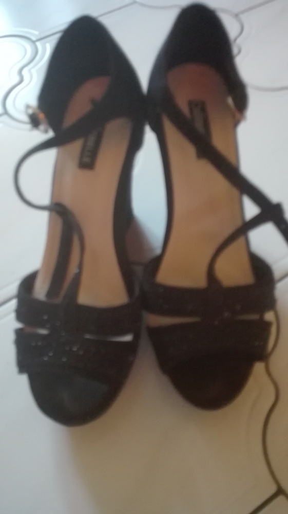 Czarne sandaly na koturnie