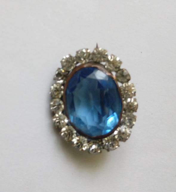 piękna broszka z niebieskim kamieniem cyrkonie