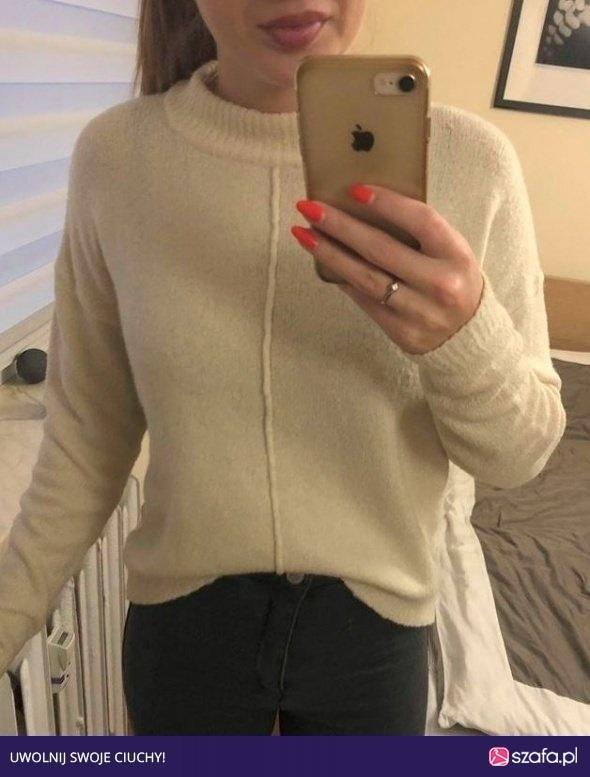Wyprzedaż beżowy sweterek sinsay
