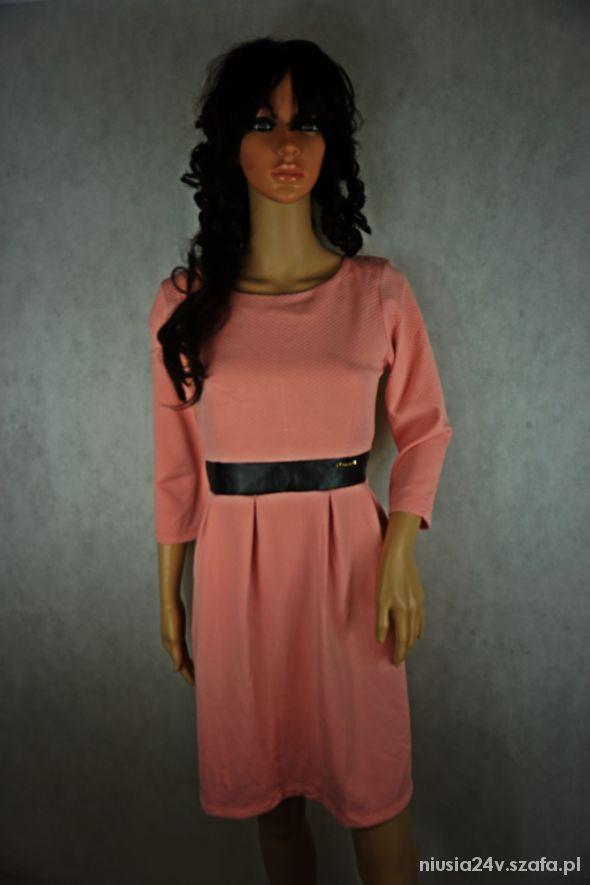 Sukienka pudrowa elegancka z wstawką skórzaną