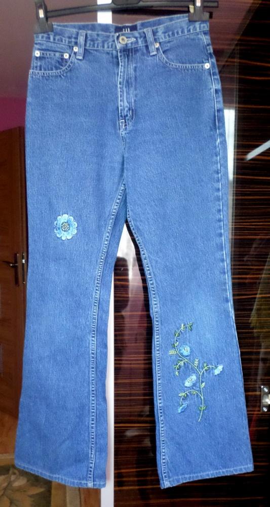 Jeansy z haftem mom fit GAP rozszerzane nogawki