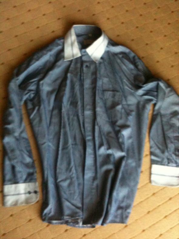 koszula niebieska w białe prążki