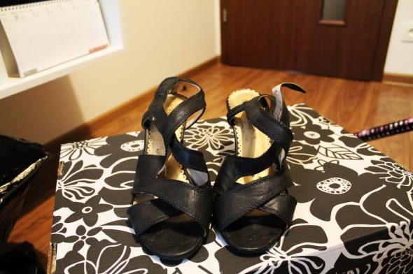 Sandały na obcasie Clara Barson CCC