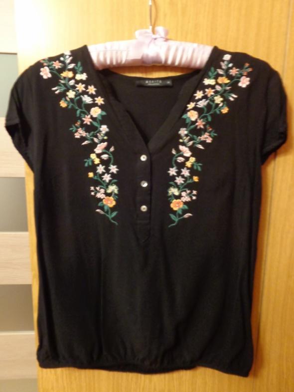 Czarna bluzeczka z kwiatowym haftem...