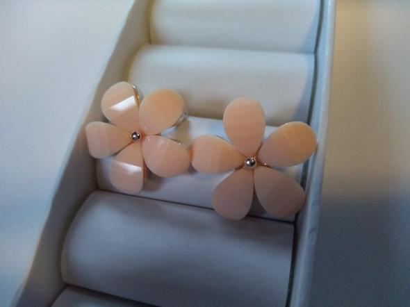 C&A Krótkie kolczyki pudrowe kwiatki...
