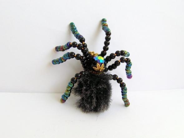 Broszka zawieszka pająk koraliki