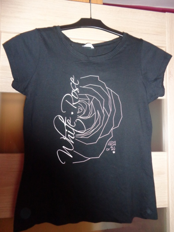 Czarny Tshirt z białą różą...
