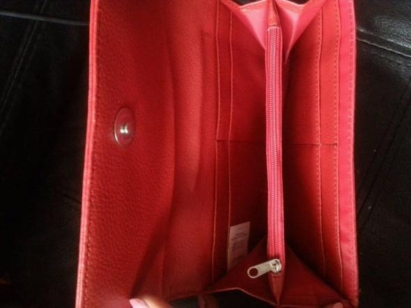 czerwona portmonetka