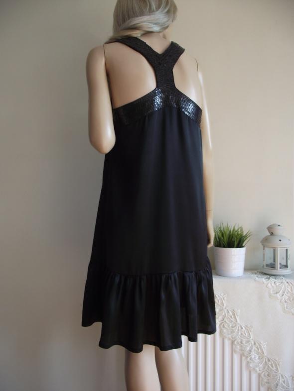 Suknie i sukienki Luźna zwiewna czarna sukienka z falbanką i cekinami Bki Bok S M