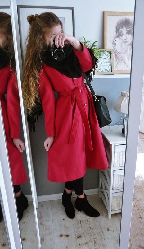 malinowy różowy ciemniejszy długi płaszcz rozkloszowany wiązany pasek vintage do łydki