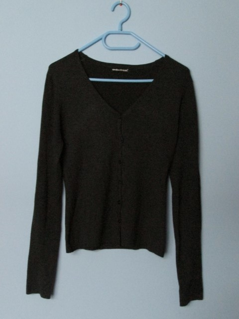 Szary zapinany sweterek basic