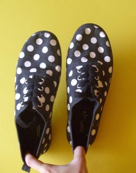 HIT czarne buty trampki w białe grochy w Trampki Szafa.pl
