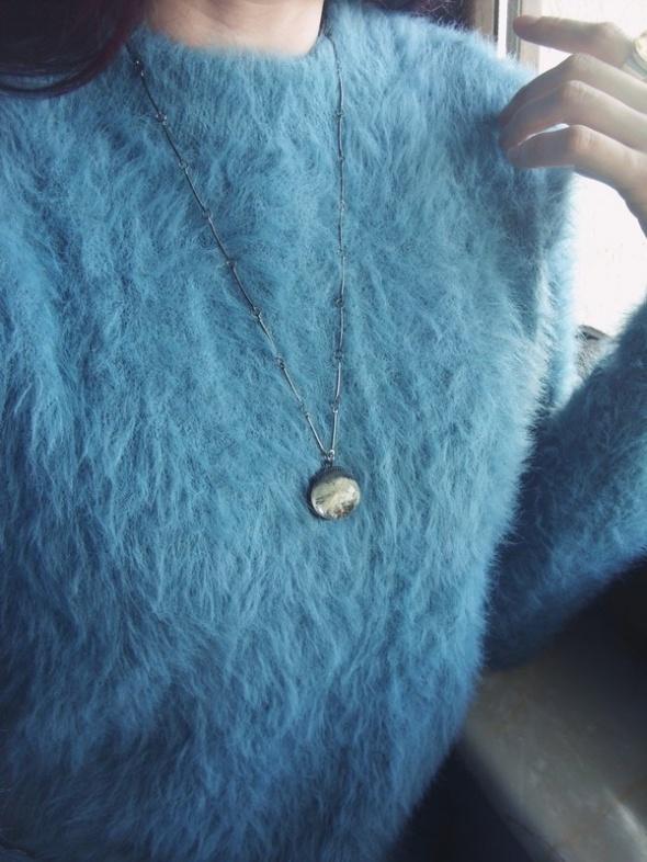 Włochaty niebieski sweterek