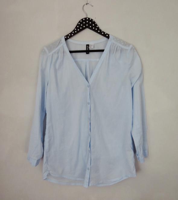 Błękitna koszula z dekoltem w serek