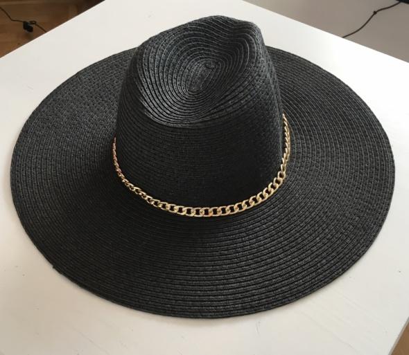 Czarny kapelusz Bershka