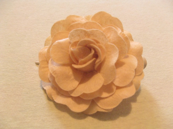 Spinka róża z filcu