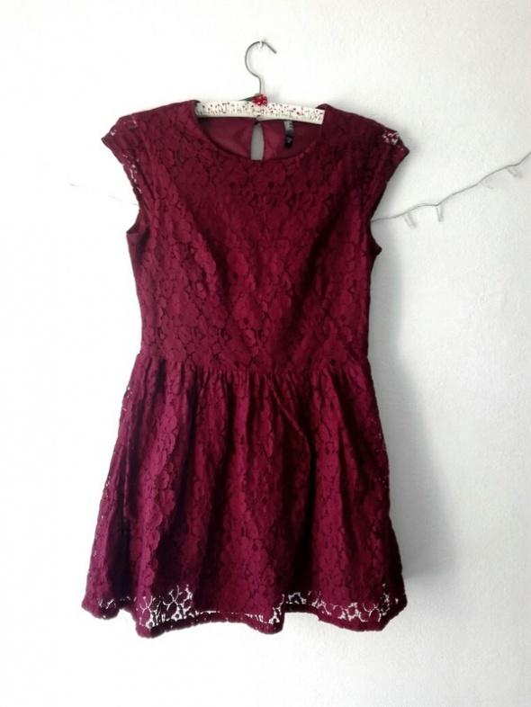 Burgundowa sukienka z koronką