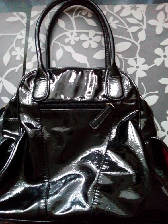 czarna lakierowana torebka