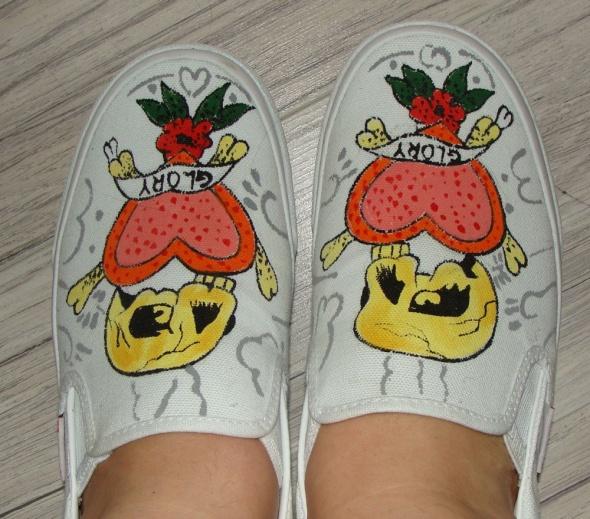 Nowe buty z oryginalnym rysunkiem