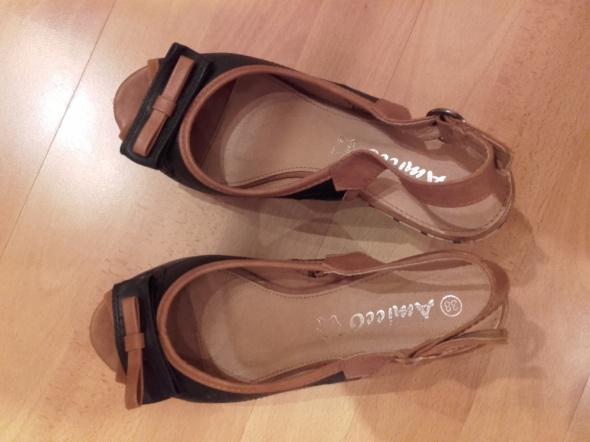 Sandały czarnobrązowe koturna 38