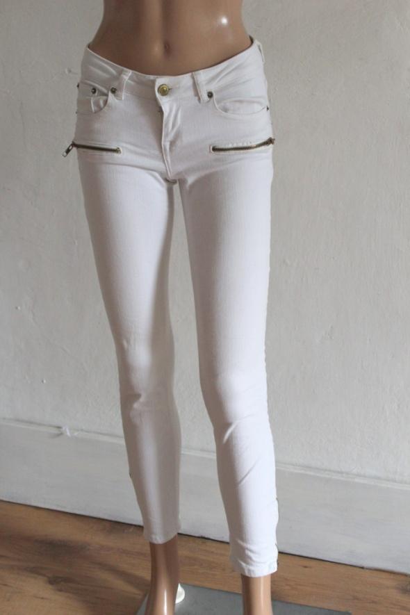 Białe jeansy z zameczkami r 34