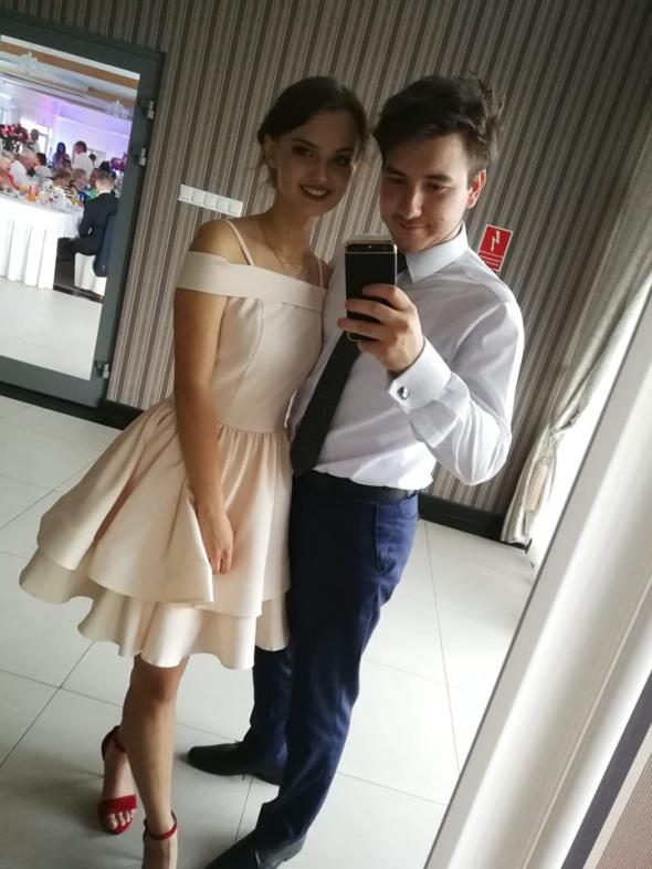 kremowa sukienka na wesele z falbanami