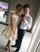 kremowa sukienka na wesele z falbanami...