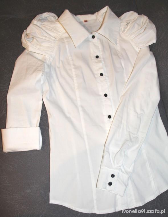 Biała koszula z bufkami czarne guziki