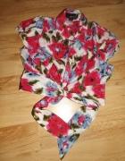 Krótka bluzeczka w kwiaty...