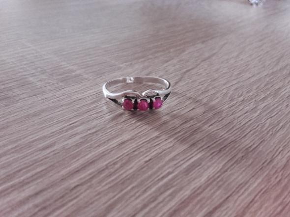 Warmet wąsy srebrny pierścionek rubinowy