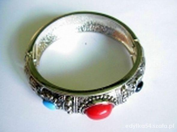 Bransoletka w kolorze srebra wysadzana kamieniami