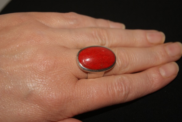 Duży srebrny pierścionek z koralem
