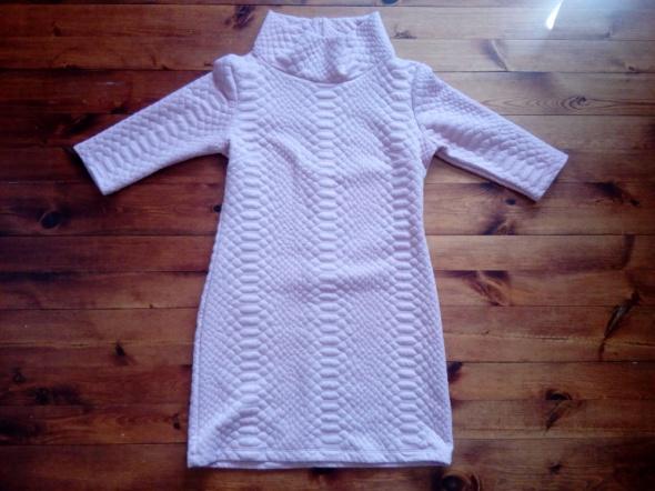 Pikowana pudrowa sukienka M L
