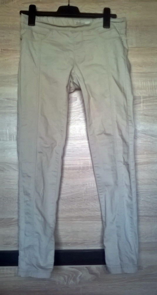 Beżowe spodnie rurki z zakładkami Stradivarius...