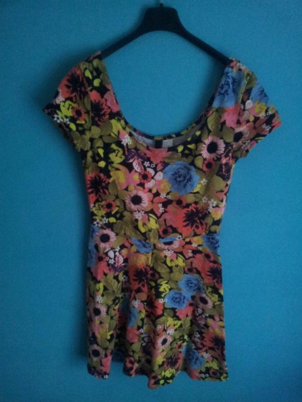 Kolorowa sukienka rozkloszowana w kwiaty 38