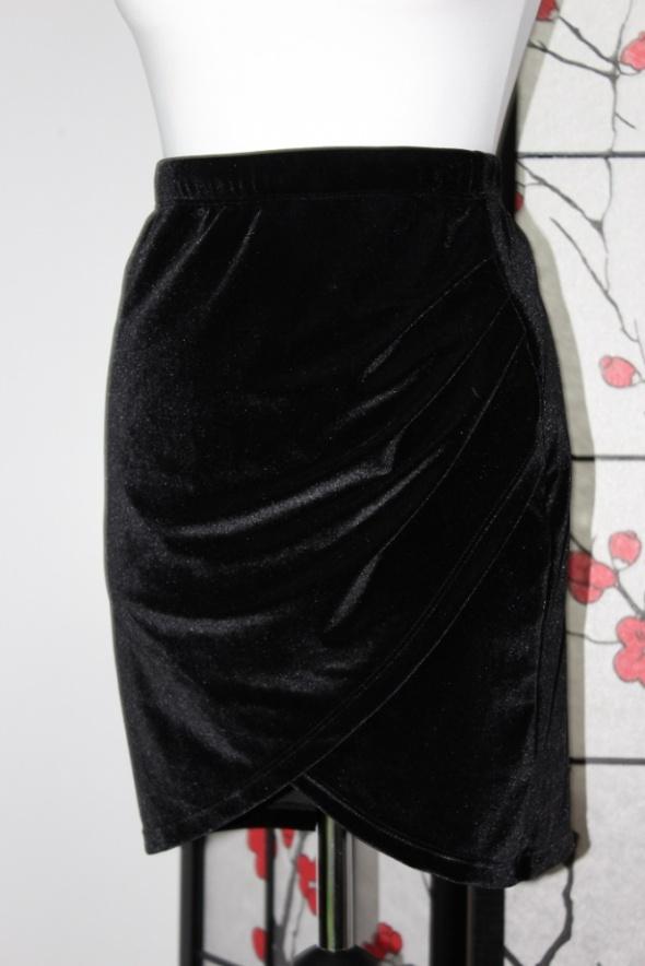 spódnica czarna krótka na zakładkę mini aksamitna