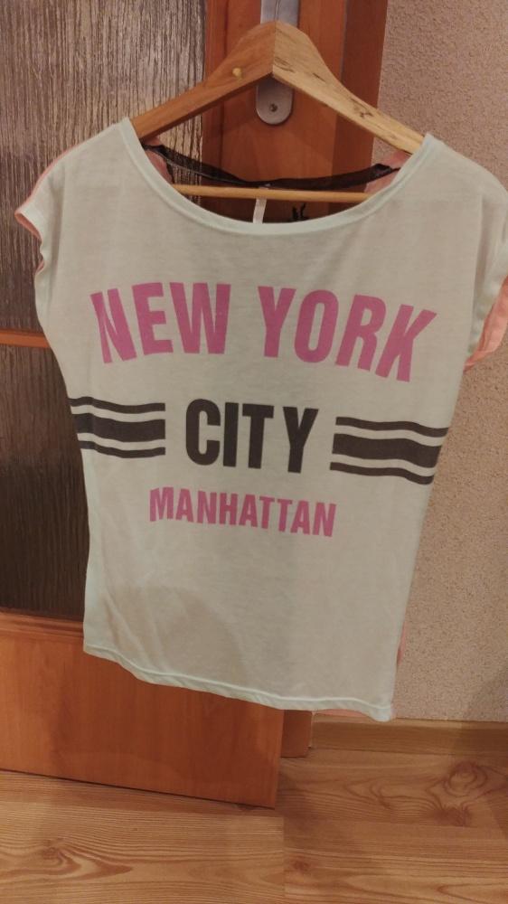 Jasny t shirt z napisami i koronką z tyłu rozmiar M
