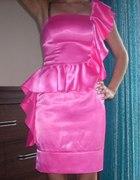 neonowa różowa sukienka na jedno ramię