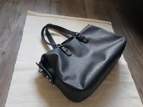 czarna torba A4 Reserved w Torebki na co dzień Szafa.pl