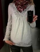 biała bluza ze stworkami