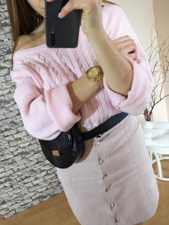 Pudrowy różowy pastelowy sweter sweterek oversize