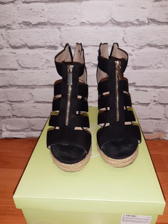 Idealne czarne sandałki na koturnie...
