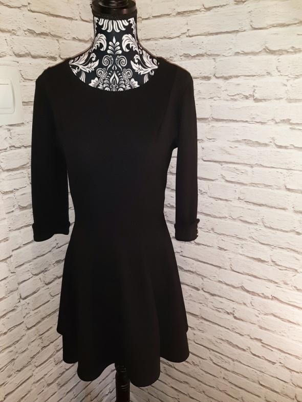 Idealna czarna sukienka rozkloszowana