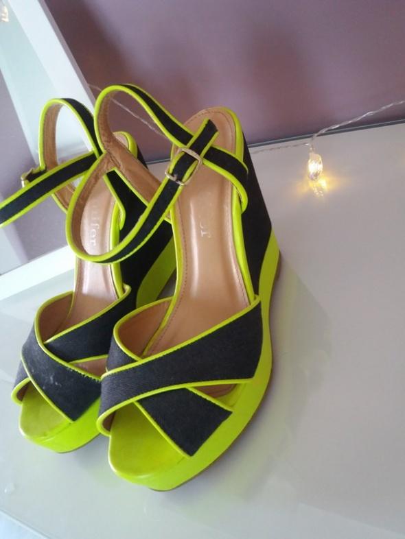 Neonowe sandały CCC