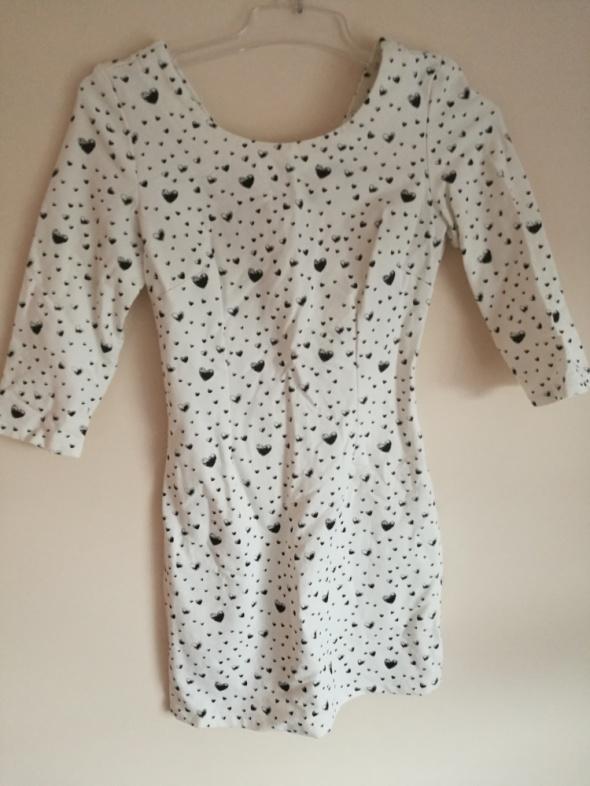 Kremowa sukienka w serduszka
