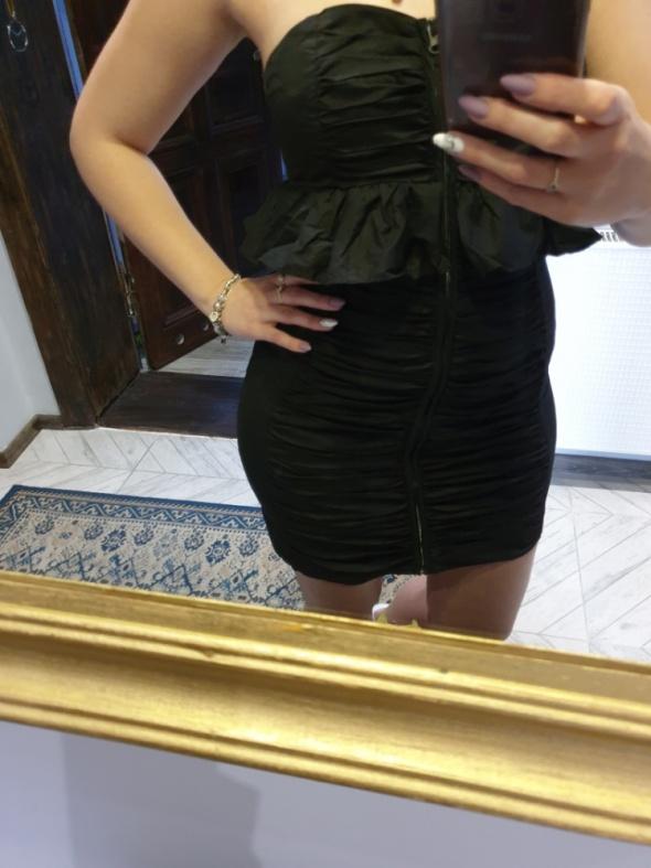 Czarna dopasowana sukienka marszczona na zamek r M