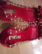 Lakierowane zdobione perłami...